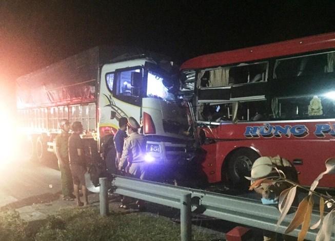 Xe khách đối đầu xe tải ở Đà Nẵng, 13 người thương vong - 1