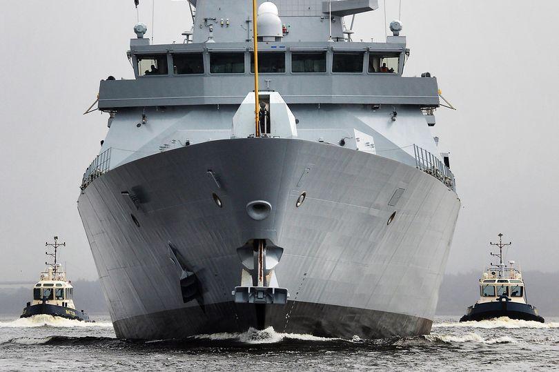 Iran bắt giữ tàu chở dầu Anh: Điều gì khiến tàu chiến Anh bất lực? - 1