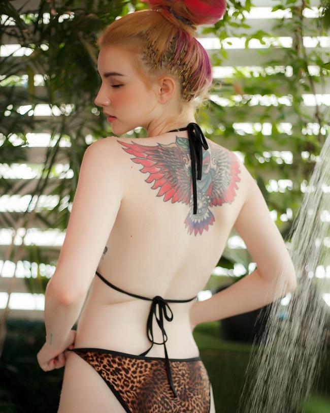 Vì sở hữu làn da trắng ngần nên những hình xăm đó của Jessi Vard càng nổi bần bật.