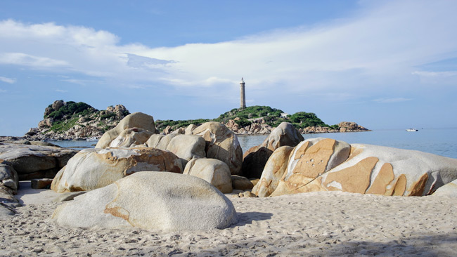 Mũi Kê Gà thuộc xã Tân Thành, huyện Hàm Thuận Nam, tỉnh Bình Thuận. Tại đây có ngọn tháp cao 65m so với mặt nước biển. Tháp xây dựng từ năm 1897 - 1899 và bắt đầu hoạt động vào năm 1990. Được sách kỷ lục Việt Nam xác nhận là ngọn hải đăng cao nhất và cổ nhất Việt Nam.