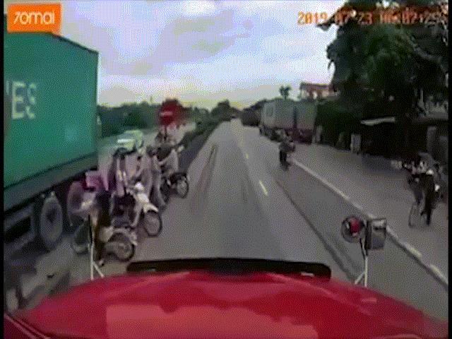 Clip: Khoảnh khắc xe tải leo dải phân cách, tông chết 5 người ở Hải Dương