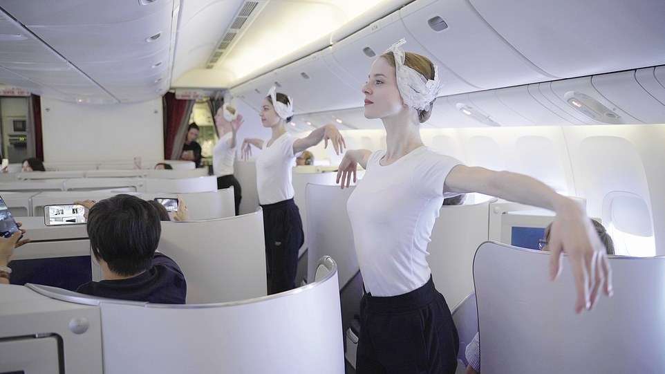 Vũ công đẹp như nữ thần bất ngờ xuất hiện trên máy bay làm hành khách ngẩn ngơ - 1