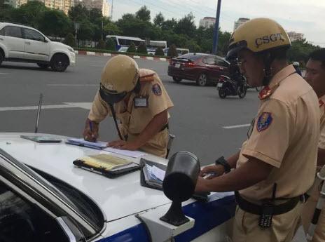 TP HCM: 2 người lái xe sang cố thủ nhiều giờ khi bị CSGT kiểm tra - 1