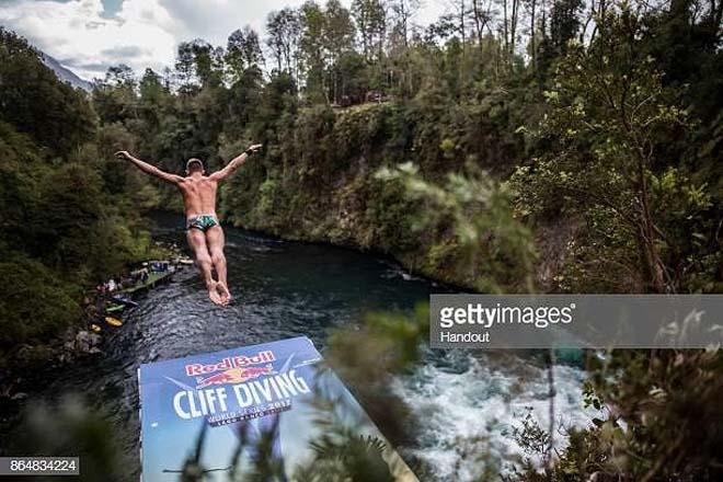 'Gã khùng' liều mạng tại giải bơi lội thế giới - 1