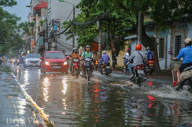 Ảnh: Lạ lùng con đường ở Hà Nội trời không mưa vẫn ngập như sông - 1