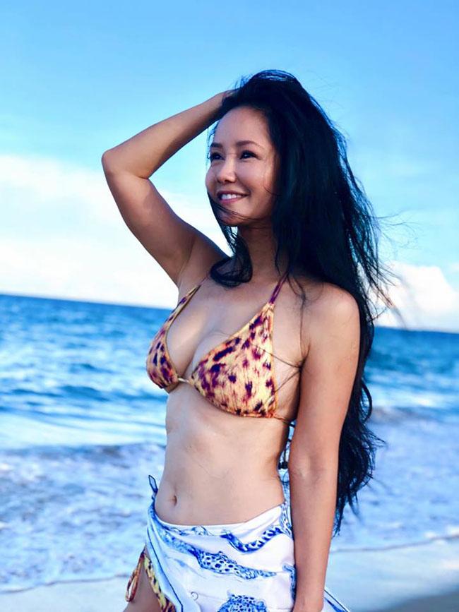 Sinh năm 1970 và trải qua đổ vỡ hôn nhân, Hồng Nhung vẫn là một trong những người đẹp sở hữu được vẻ đẹp trẻ trung, gợi cảm.
