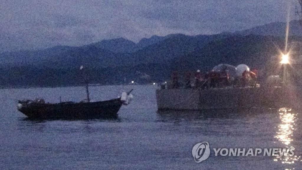 """Hàn Quốc tạm giữ """"thuyền quân đội Triều Tiên"""" xâm nhập lãnh hải - 1"""