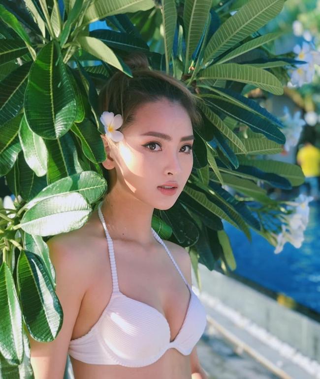 """MC Mù Tạt (tên thật là Huyền Trang) là gương mặt quen thuộc của """"Bữa trưa vui vẻ"""". Với phong cách năng động, nhí nhảnh cùng ngoại hình bắt mắt, cô nhận được khá nhiều sự quan tâm của giới trẻ."""