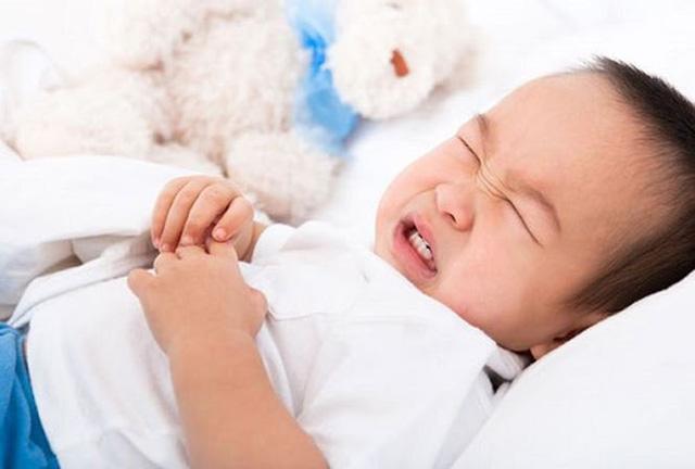 Trẻ kêu đau bụng, cha mẹ để ý dấu hiệu nguy hiểm này kẻo hối không kịp - 1