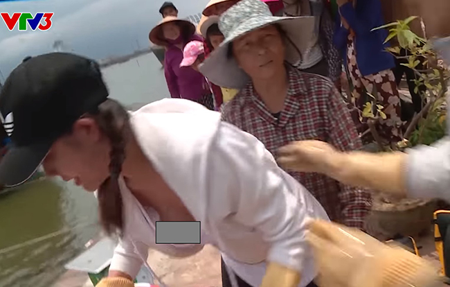 """Á hậu Hoàng Hạnh vừa gây tranh cãi khi gặp sự cố trang phục, dẫn đến """"lộ hàng"""" trên sóng VTV. Cô tham gia chương trình """"Cuộc đua kỳ thú"""" 2019, chung đội với người mẫu Lương Gia Huy."""