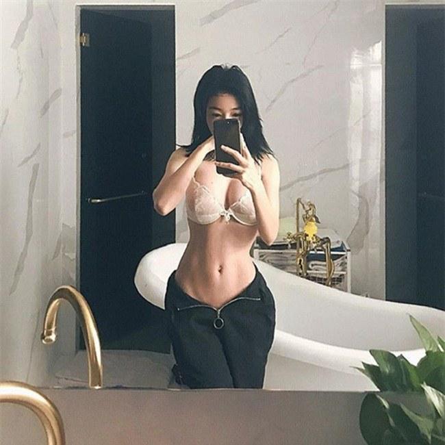 """Elly Trần chọn tập gym và những bài tập như gập bụng, plank tại nhà mỗi sáng để có cơ bụng săn chắc """"vạn người mê""""."""