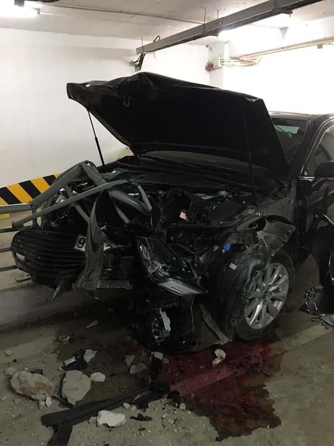 Toyota Camry thế hệ mới tung nát đầu nhưng túi khí vẫn không bung - 1