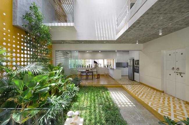 Một khu vườn được thiết kế giữa ngôi nhà, không gian sinh hoạt được thiết kế xung quanh…