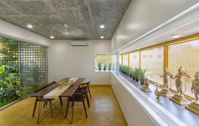 Phòng ăn đơn giản nhưng ấm cúng bêntrong ngôi nhà.