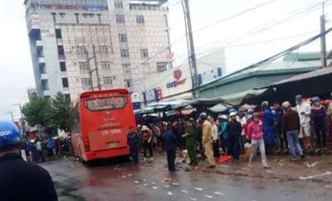 Xe khách lao vào chợ ven đường, ít nhất 3 người chết - 1