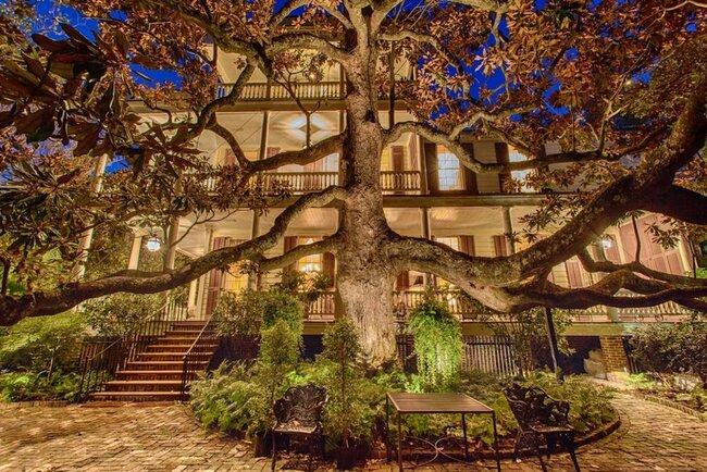 Sword Gate House tại 32 Legare St. là một trong những ngôi nhà cổ nhất và lớn nhất ở Charleston, Nam Carolina.