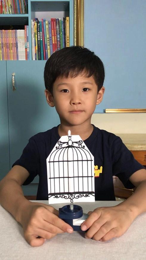 Cậu bé 7 tuổi bất ngờ nổi tiếng với hơn 100 video thí nghiệm khoa học - 1