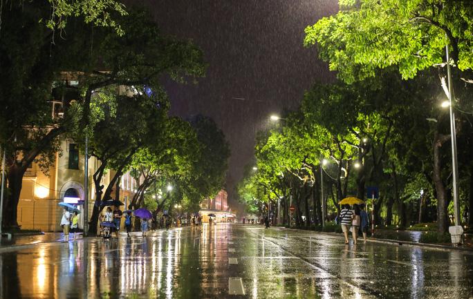 Những phận đời mưu sinh trong đêm mưa bão Hà Nội - 1
