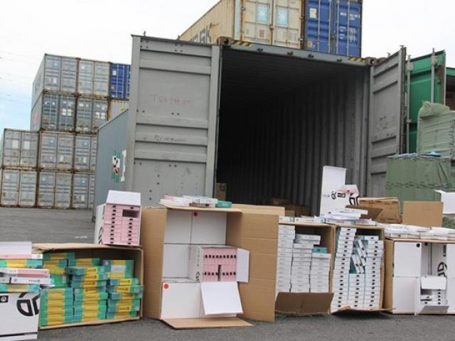 """Phát hiện 1 container phụ kiện điện thoại di động nhập từ Trung Quốc ghi """"xuất xứ Việt Nam"""""""