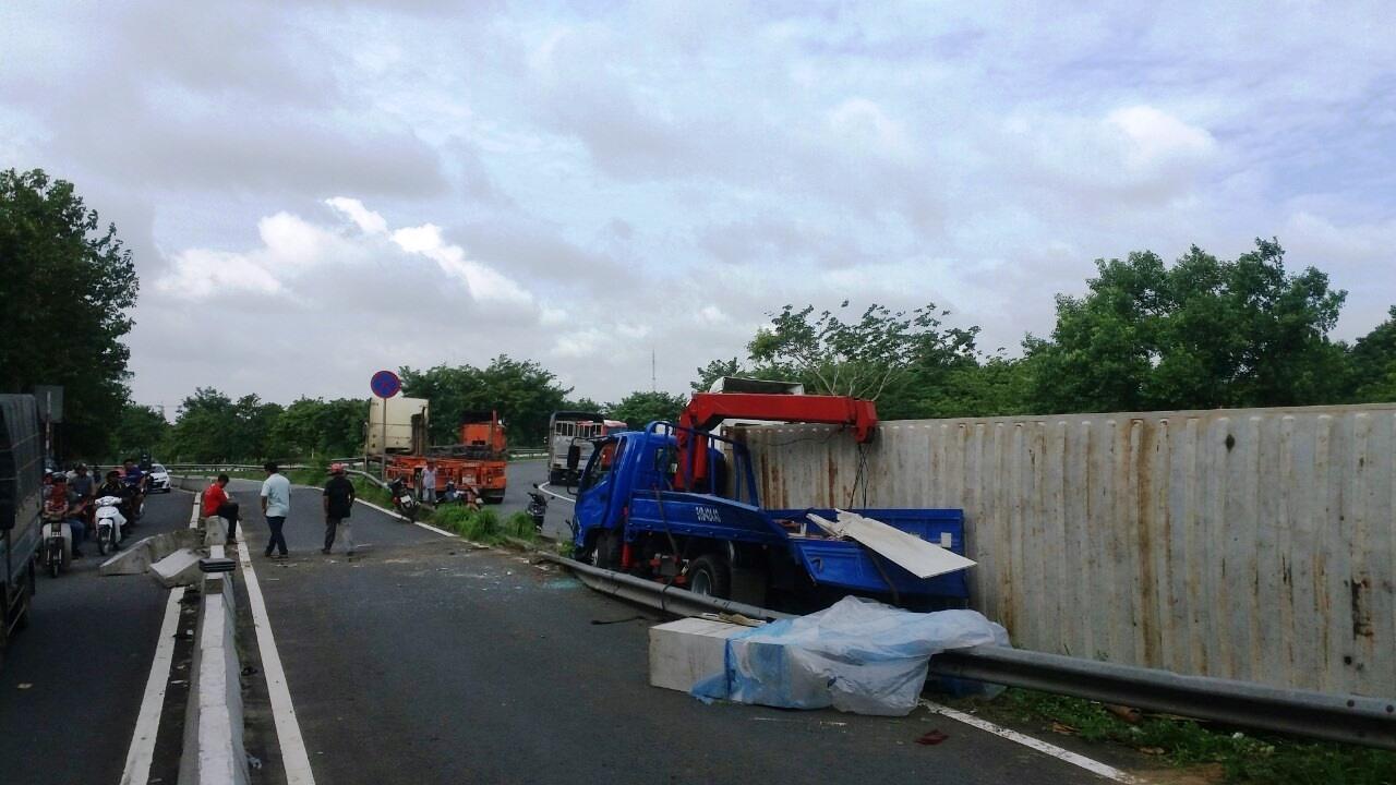 Kinh hãi thùng hàng container rơi xuống đường, đè trúng xe tải cẩu - 1
