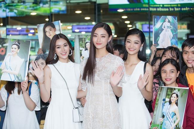 Hoa hậu Lương Thùy Linh mới đăng quang đã ngập trong vòng vây fan ở sân bay - 1