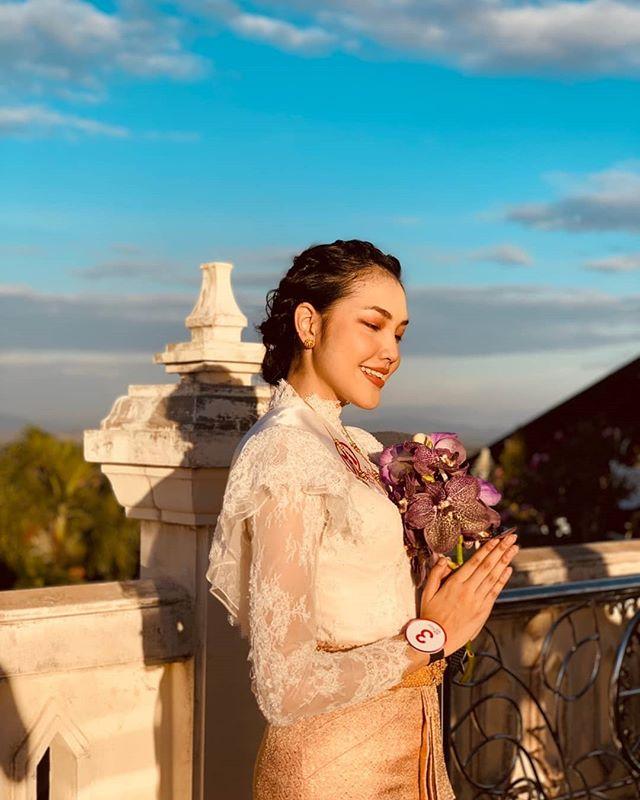 """""""Đối thủ"""" của Lương Thùy Linh bất ngờ quỳ lạy trong ngày đăng quang Miss World Thái - 1"""