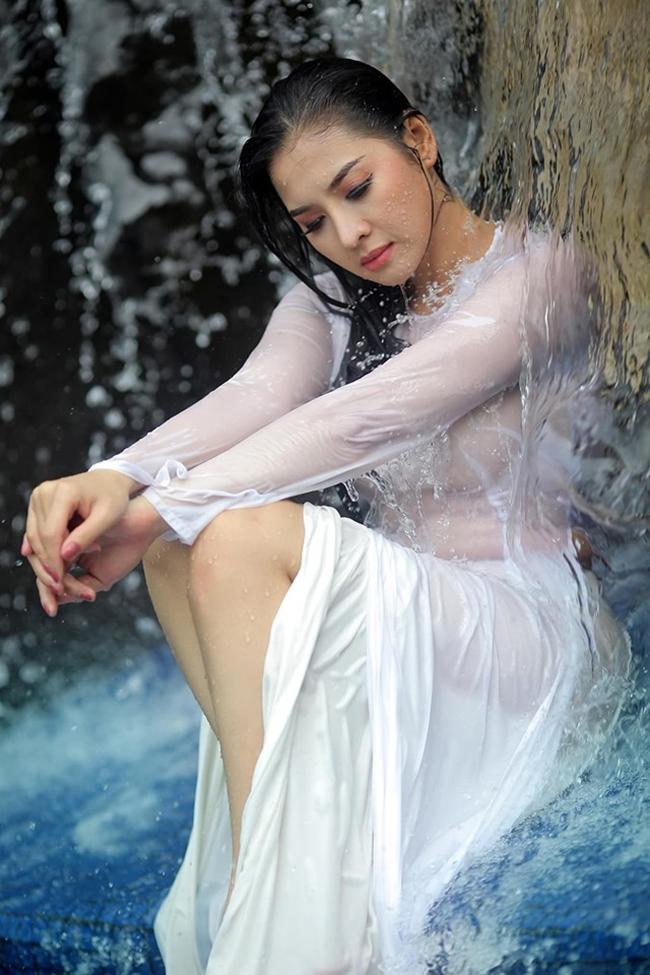 Mới đây, người đẹp Thái Nhã Vân tung loạt ảnh chụp áo dài dưới nước vô cùng gợi cảm, thu hút sự chú ý của người hâm mộ. Nhiều cư dân mạng hết lời khen ngợi nhan sắc, thần thái quyến rũ của chân dài quê Sóc Trăng.
