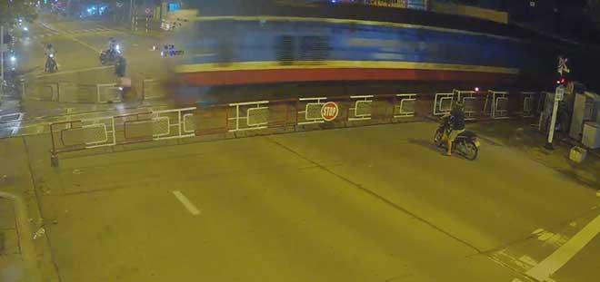 Video: Đường cực vắng, người đi xe máy lao thẳng vào chắn tàu, tử vong - 1