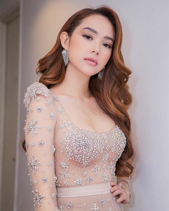 Từ một ca sỹ lấn sân sang diễn viên, Minh Hằng sau hơn 15 tham gia showbiz đã có sự lột xác về tài năng lẫn phong cách thời trang.