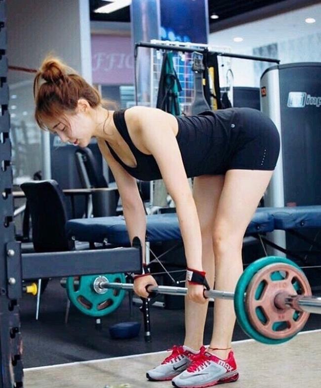 Để bảo toàn và nâng cấp body có được từ thời thi hoa hậu, Son Sohee dành nhiều thời gian ở phòng tập cho các môn như nâng tạ, yoga, pilates…