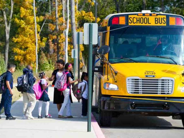 Dạy ngay cho bé những quy tắc an toàn khi đi xe buýt của trường