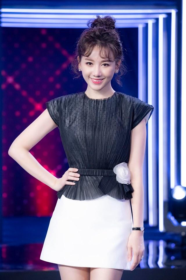 """34 tuổi, Hari Won mặc """"o ép"""" vòng 1 khoe vẻ đẹp gợi cảm - 1"""