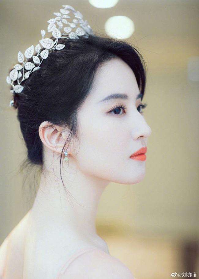 """Đúng với danh hiệu """"thần tiên tỷ tỷ"""", vẻ đẹp của Lưu Diệc Phi khiến người ta liên tưởng đến những nàng tiên mang vẻ đẹp siêu thực."""