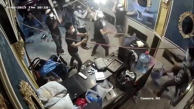 Côn đồ đập phá tan tành nhà hàng giữa trung tâm Sài Gòn như chốn không người - 1