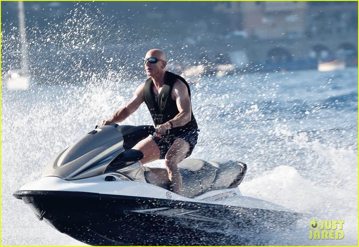 Ảnh: Người giàu nhất thế giới cởi trần khoe cơ bắp, lượn du thuyền xa xỉ cùng bạn gái - 1