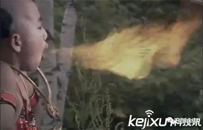 TheoNhân dân Nhật báo, trong cảnh Hồng Hài Nhi phun lửa,diễn viên đóng vai Hồng Hài Nhi chỉ cần há miệng và sau đó, nhân viên hậu trường đứng sát cạnh bắn súng tạo lửa.