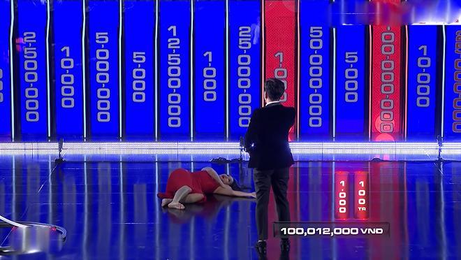 MC Cát Tường bị chỉ trích vì cởi giày, nằm ra sân khấu trên sóng truyền hình - 1