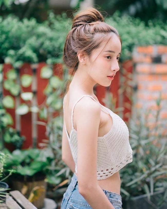 """Pichana Yoosuk là một ví dụ, dù sở hữu vòng 1 """"khủng"""" nhưng những khoảnh khắc diện áo hai dây của người đẹp luôn gợi cảm ở mức vừa phải, không hề phô phang."""