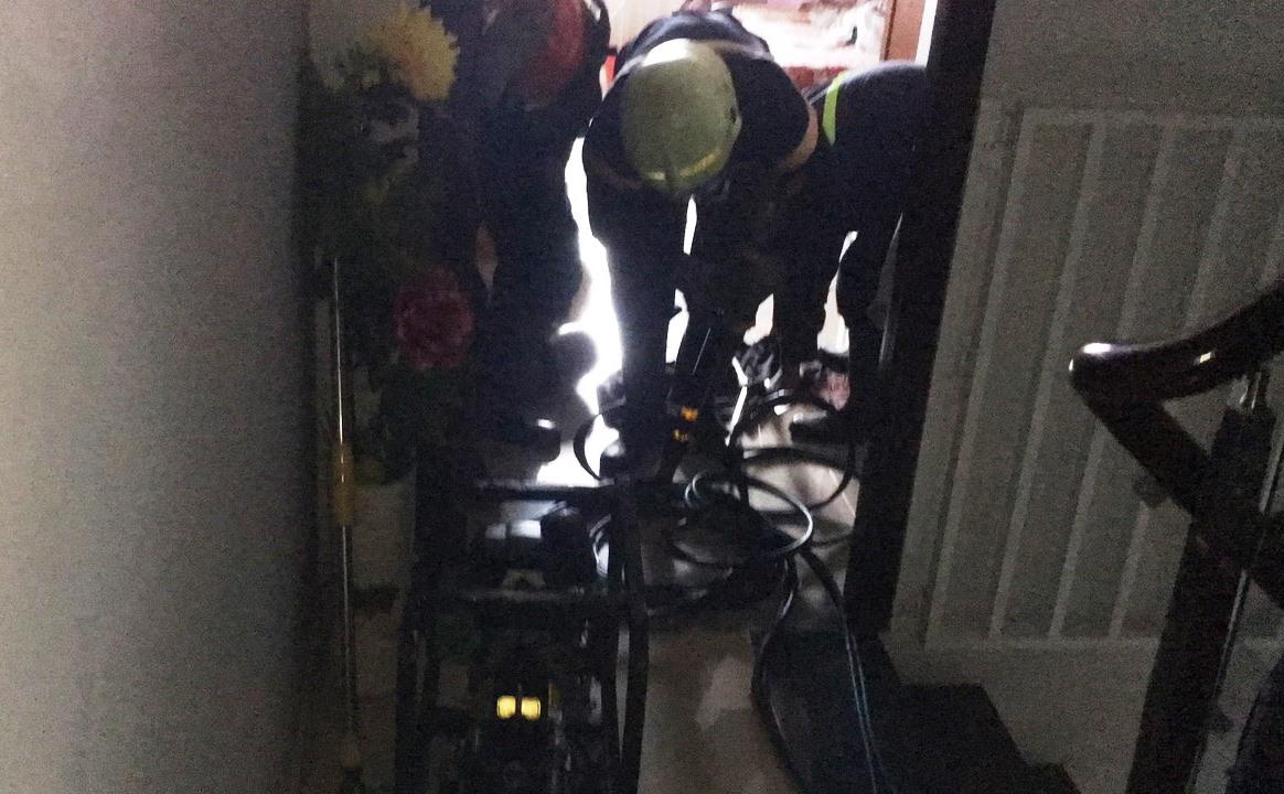 Nghẹt thở xem cảnh sát giải cứu bé 8 tháng tuổi cùng bà nội mắc kẹt trong thang máy - 1