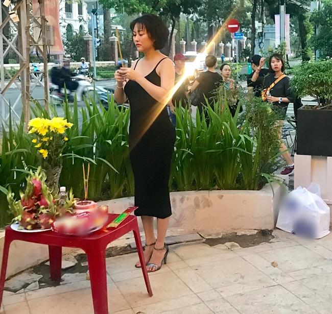 Sau thời gian tập trung cho kinh doanh, mới đây Phi Thanh Vân bất ngờ trở lại đóng phim. Nữ diễn viên gây chú ý khi đăng tải bức ảnh đứng thắp hương trước mâm cỗ cúng tổ nghề ngày khai máy. Bà mẹ một con diện đầm hai dây bó sát màu đen tôn lên vóc dáng gợi cảm.