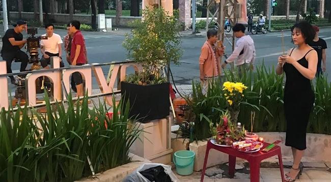 Dưới bài viết, Phi Thanh Vân nhận được nhiều lời chúc mừng và động viên cho lần tái xuất màn ảnh. Tuy nhiên, cũng có ý kiến cho rằng trang phục của cô mặc chưa phù hợp với nghi lễ mang tính tôn nghiêm.