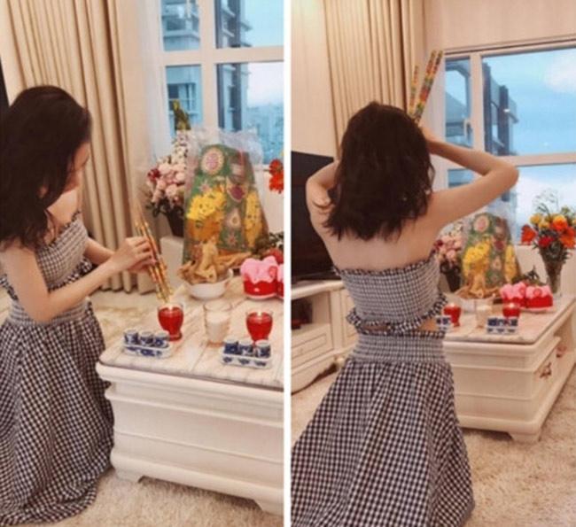 Cách đây vài năm, Angela Phương Trinh cũng nhận được nhiều chỉ trích vì ăn mặc thoáng khi làm lễ cúng Tổ nghề.