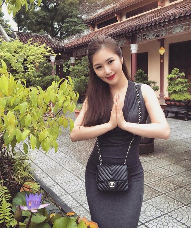 Hương Tràm bị một số fan khéo léo nhắc nhở vì diện trang phục bó sát khi đi lễ chùa.