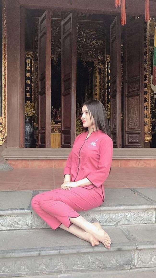 Rút kinh nghiệm từ những lần trước, chân dài quê gốc Hà Giang chọn trang phục kín đáo, không khoe da thịt.