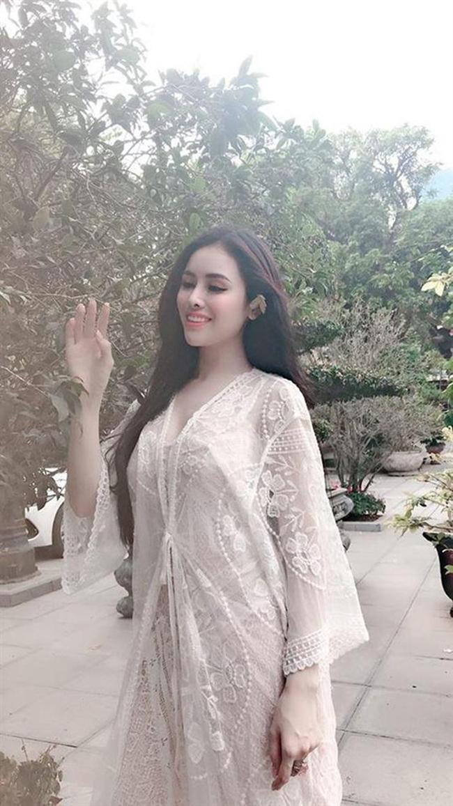 Người đẹp Thư Dung bị nhiều người chỉ trích khi diện váy ren mỏng tang lên chùa.