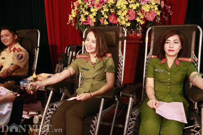 Hình ảnh nữ công an xinh đẹp tham gia hiến máu tình nguyện - 1