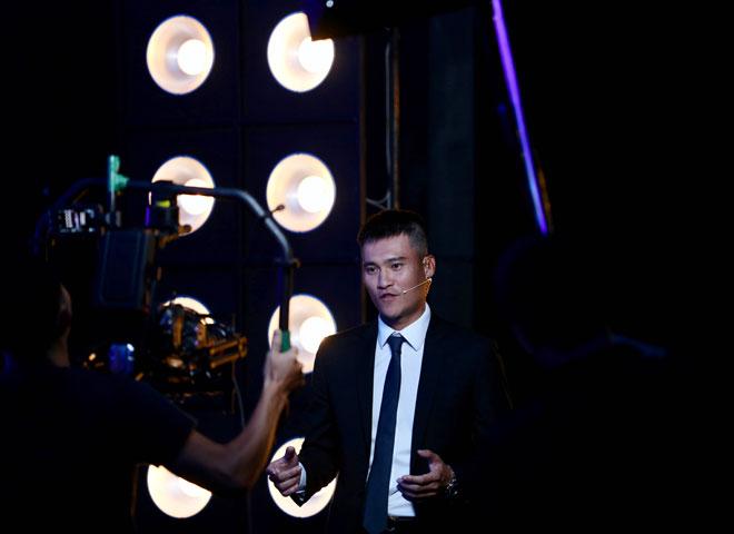 """Công Vinh làm MC truyền hình: Bất ngờ nhắc lại chuyện """"vái lạy trọng tài"""" - 1"""