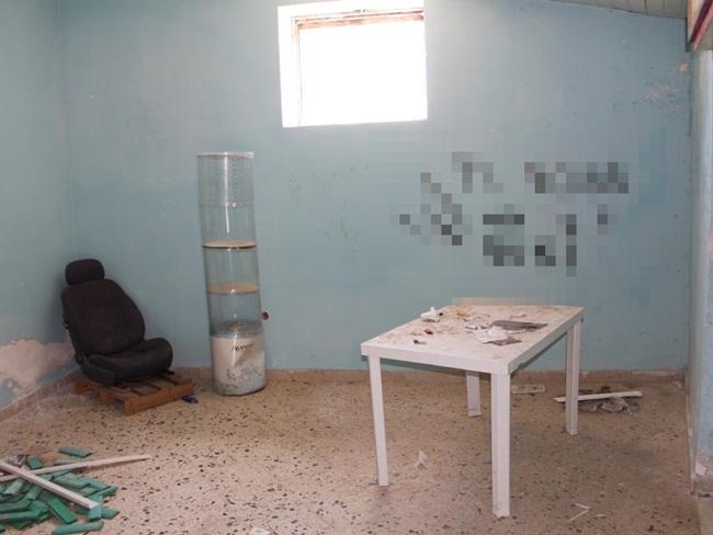 Những ngôi nhà 1 USD ở đây chứa đầy rác và những hình vẽ graffiti tục tĩu,