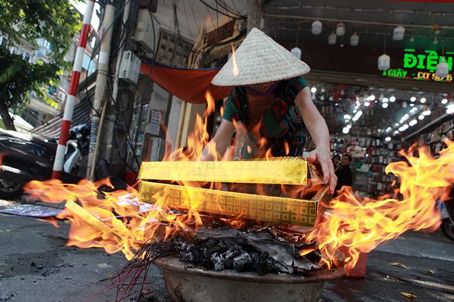 Đốt vàng mã Rằm tháng 7, đường phố Hà Nội như lò nung - 2