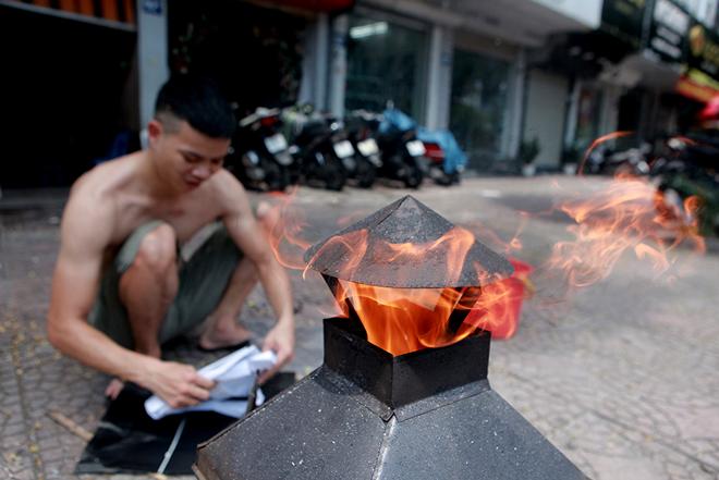 Đốt vàng mã Rằm tháng 7, đường phố Hà Nội như lò nung - 6